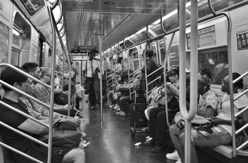 Ludzie Jedzie Wśrodku wagon metra pociągu Miasto Nowy Jork MTA Tłoczącego się Dojeżdżać do pracy fotografia stock