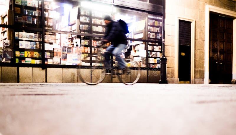 Ludzie jedzie z rowerem na ulicie przy nocą w Turyn Włochy zdjęcia stock