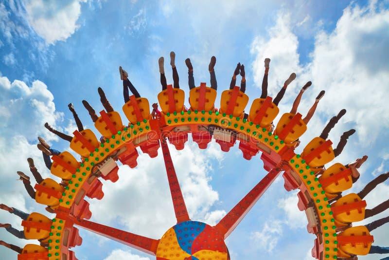 Ludzie jedzie z zabawą na krańcowym przyciąganiu w parku rozrywki obrazy royalty free