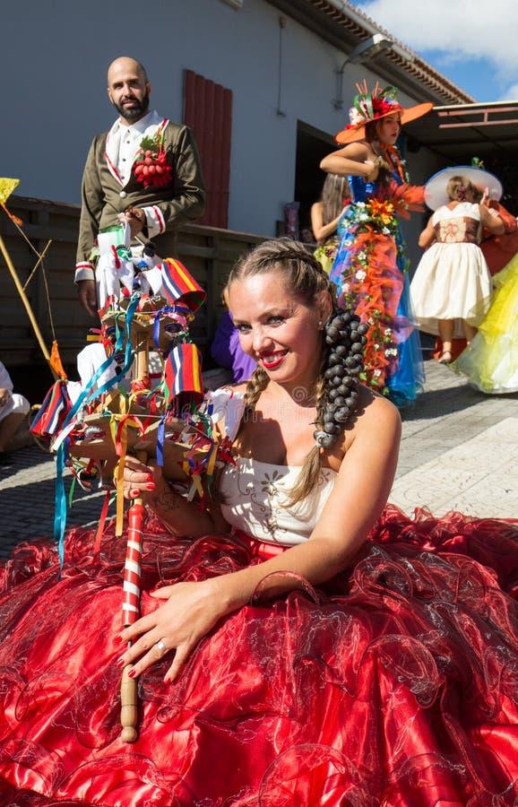 Ludzie jest ubranym w kolorowych kostiumach przy madery wina festiwalem w Estreito De Camara de Lobos, madera, Portugalia zdjęcia stock