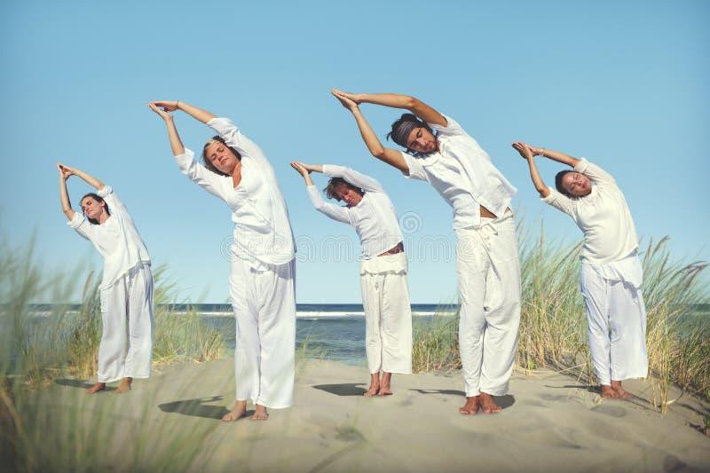 Ludzie joga medytaci plaży natury Pokojowego pojęcia obrazy stock