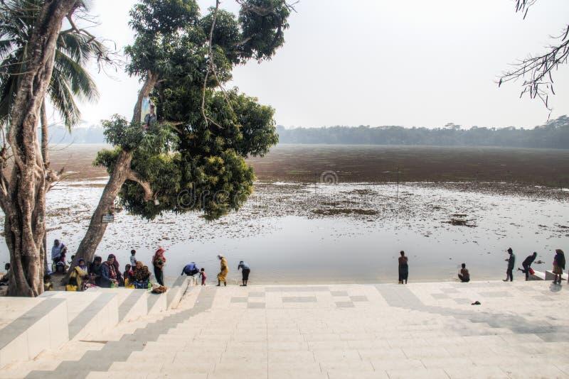 Ludzie kąpać się przy Grobowcowym meczetem w bagerhat, Bangladesz obraz royalty free