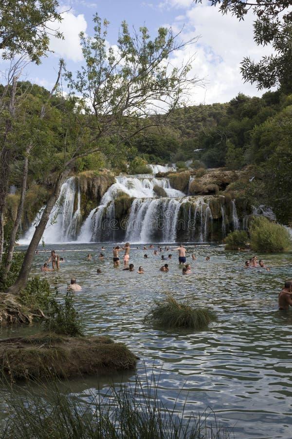 Ludzie kąpać się przy Krka parka narodowego siklawami mnie fotografia royalty free