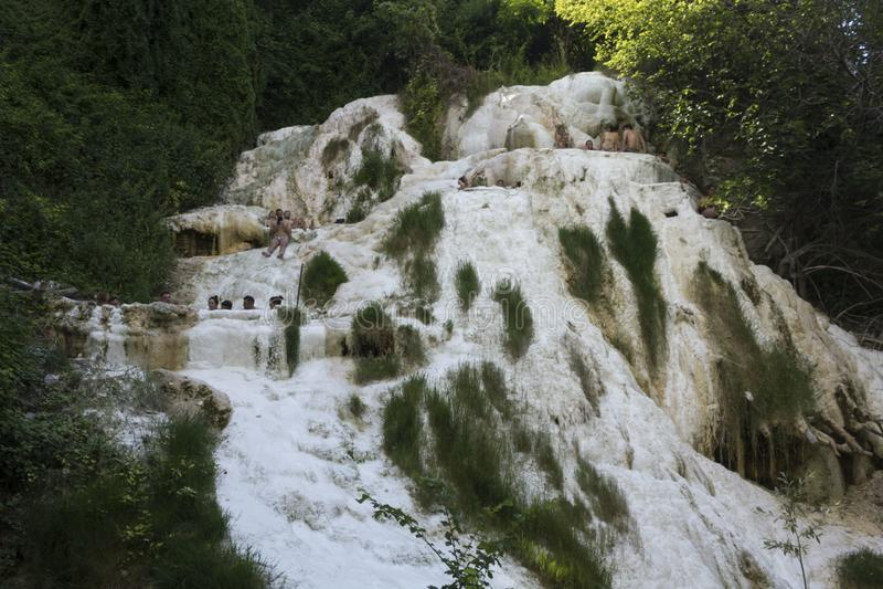 Ludzie kąpać się w Bagni San Filippo fotografia royalty free
