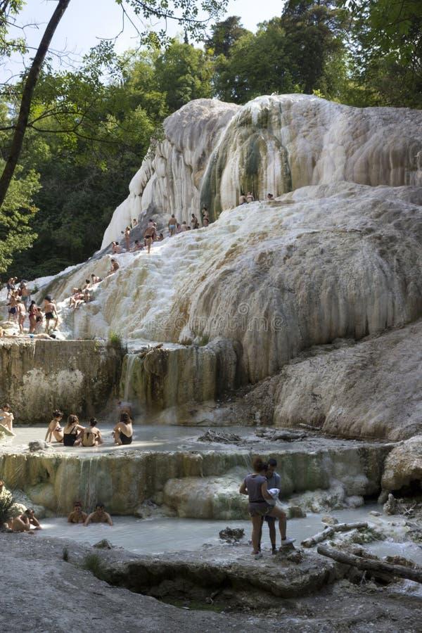 Ludzie kąpać się w Bagni San Filippo naturalnych termicznych basenach obrazy royalty free
