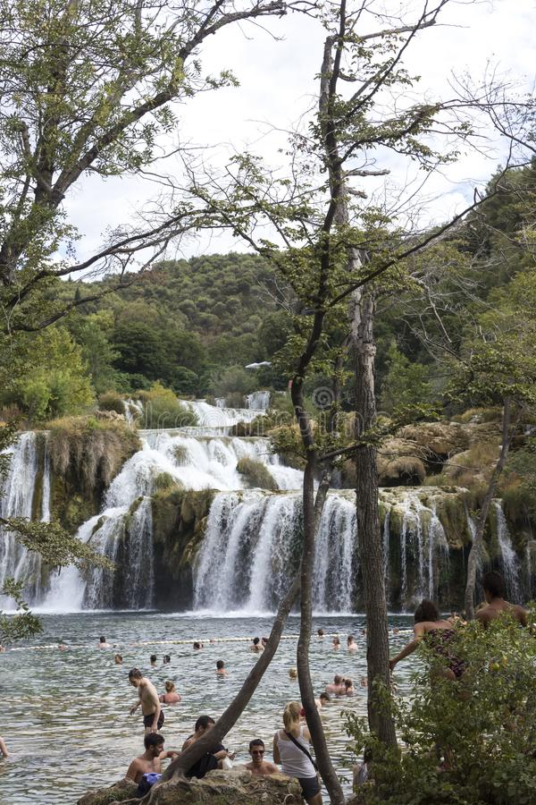 Ludzie kąpać się w basenie Krka siklawy w Chorwacja obrazy royalty free