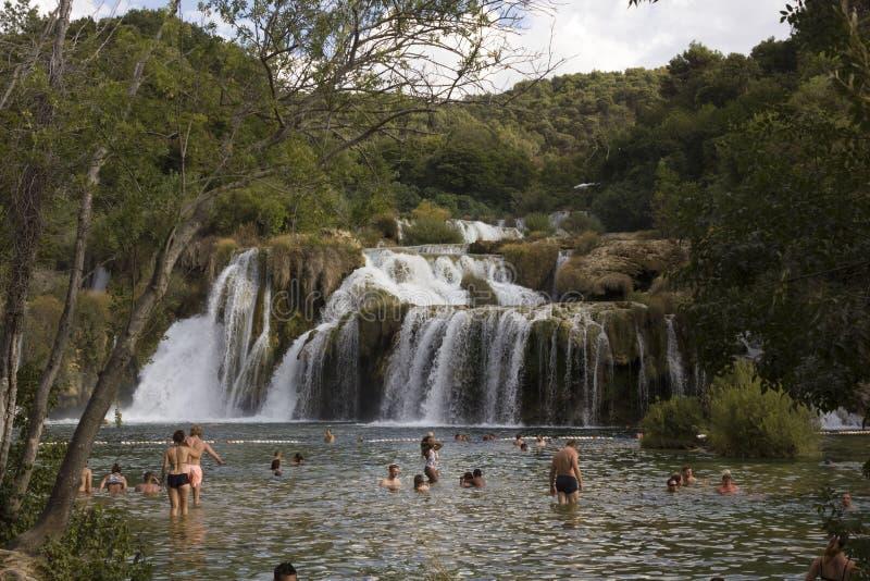 Ludzie kąpać się w basenie Krka siklawy w Chorwacja obraz stock