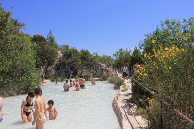Ludzie kąpać się w bezpłatnym terenie Bagno Vignoni w Tuscany zdjęcie royalty free