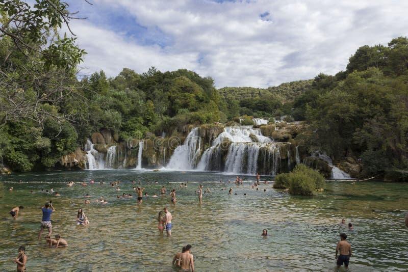 Ludzie kąpać się w Krka parku narodowym obraz stock