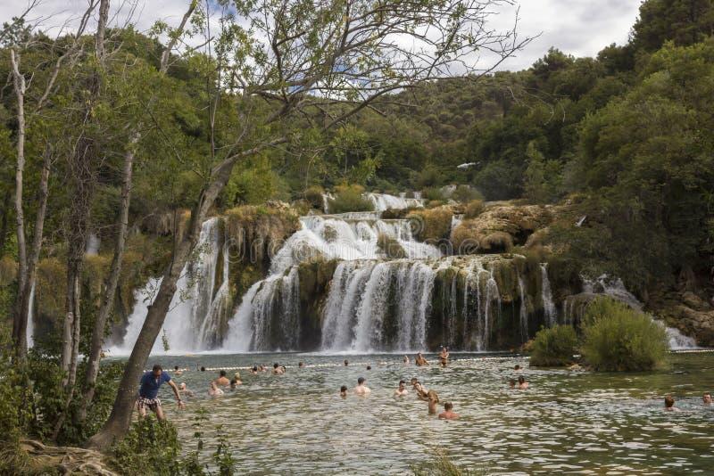 Ludzie kąpać się w Krka parku narodowym, przez natury obraz royalty free