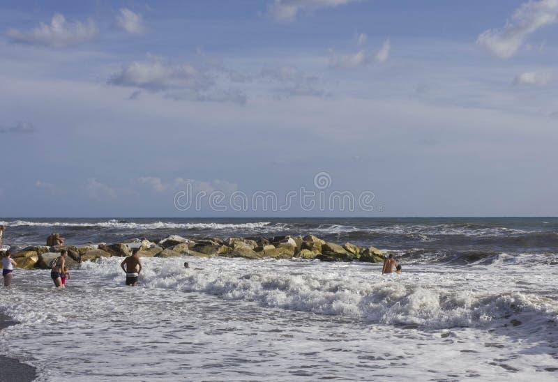 Ludzie kąpać się w szorstkich morzach fotografia royalty free