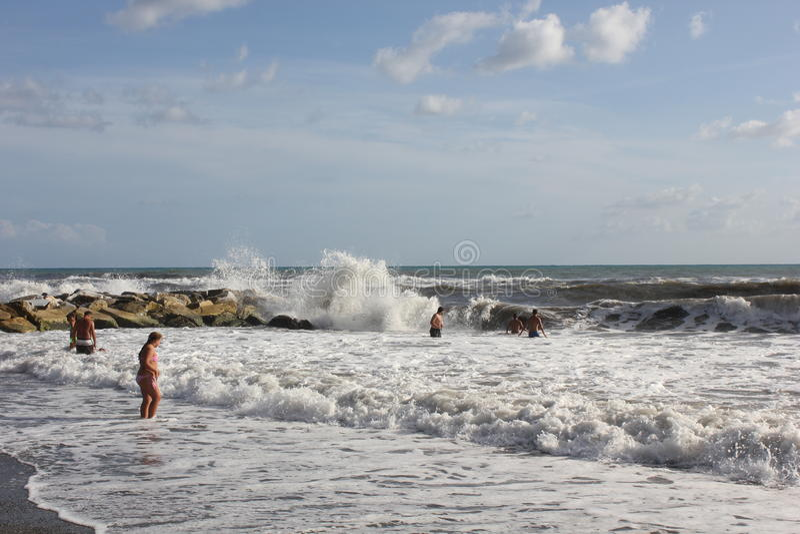 Ludzie kąpać się w szorstkich morzach obraz royalty free