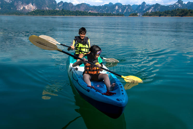 Ludzie kajakuje na scenicznym jeziorze w lecie, TAJLANDIA obraz stock