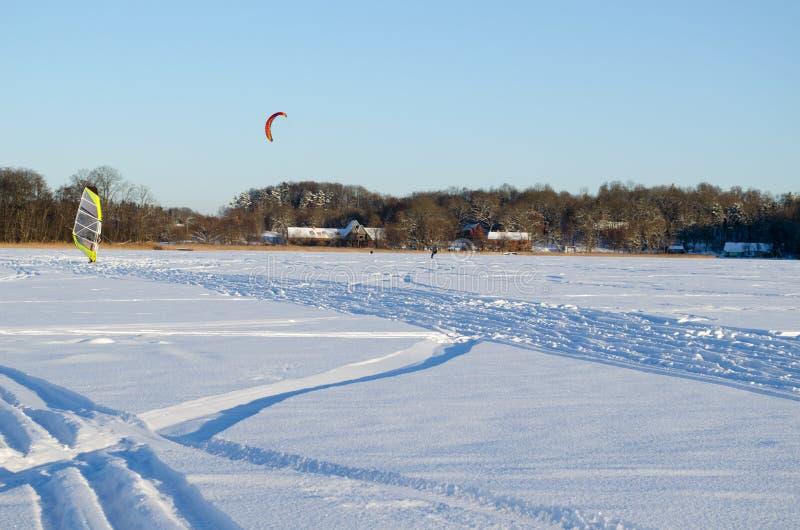 Ludzie kiteboard lodu żagiel marznącej jeziornej śnieżnej zimy obraz royalty free