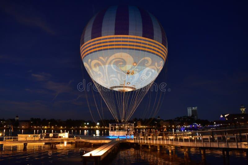 Ludzie kończy lotniczego balon jadą przy Jeziornym Buena Vista terenem zdjęcie stock