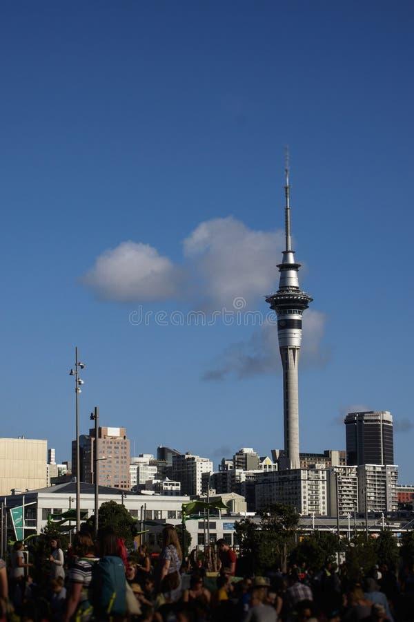 Ludzie kończy weekendowy dzień przy silosu parkiem, Auckland, Nowa Zelandia obrazy royalty free