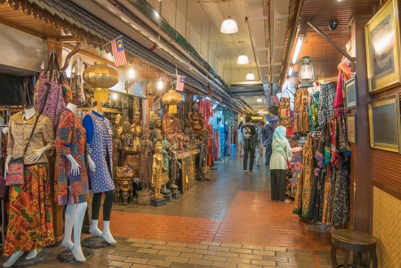 Ludzie konserwują widzieć badać i robić zakupy wokoło Środkowego rynku obraz royalty free