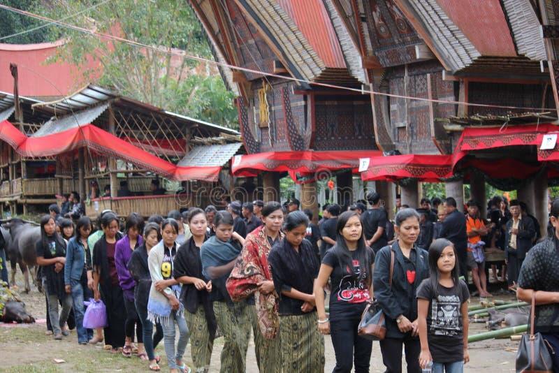Ludzie korowodu przy tradycyjną ceremonią pogrzebową obraz royalty free