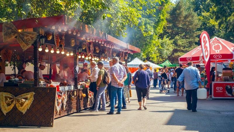 Ludzie kosztuje jedzenie przy festiwalem kulebiaki obrazy royalty free