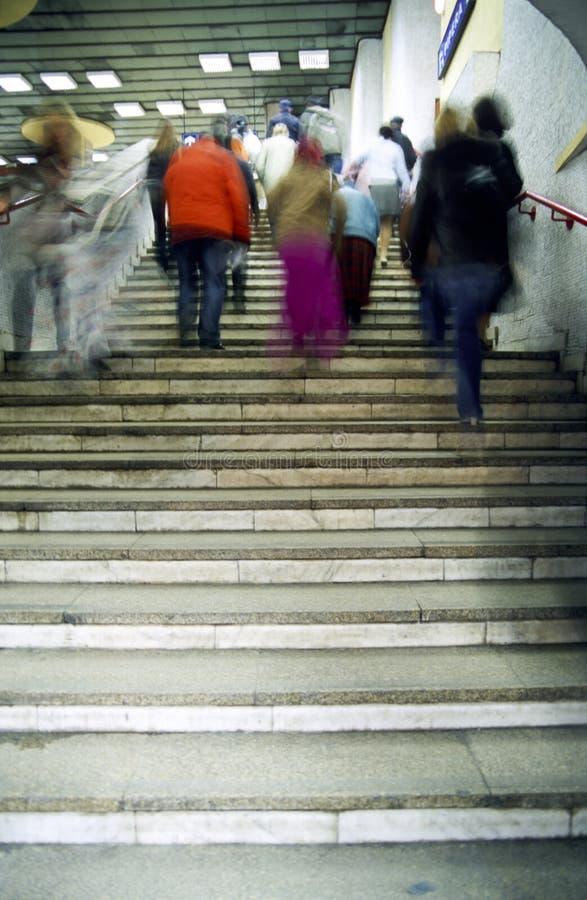ludzie kroczą wejścia w górę