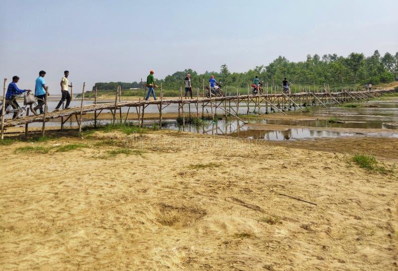 ludzie krzyżowali rzekę na ręcznie robiony bambusa moście obrazy royalty free