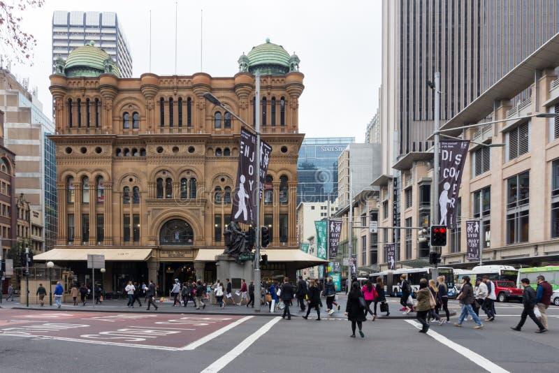 Ludzie krzyżuje George ulicę blisko królowej Wiktoria budynku, Sydney, Australia obrazy royalty free