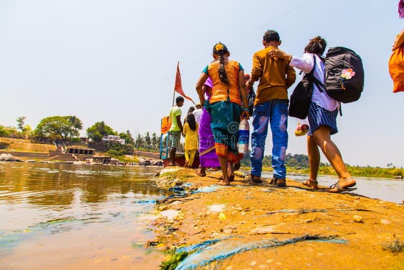 Ludzie krzyżuje Indiańską rzekę, Hampi obrazy stock