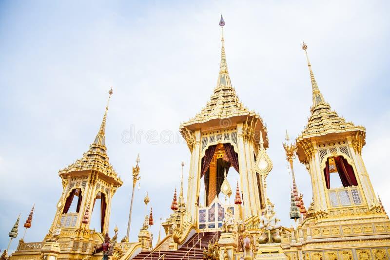Ludzie które odwiedzają w Królewskim Crematorium dla Królewskiej kremaci jego wysokość królewiątko Bhumibol Adulyadej Bangkok obraz stock