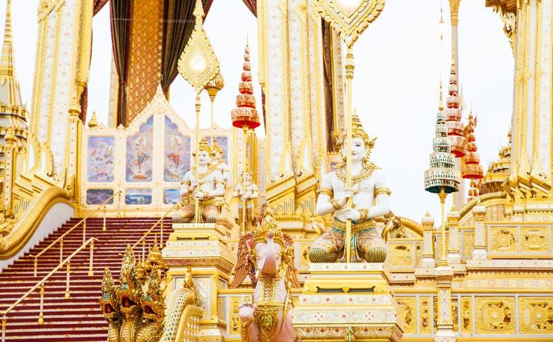 Ludzie które odwiedzają w Królewskim Crematorium dla Królewskiej kremaci jego wysokość królewiątko Bhumibol Adulyadej Bangkok zdjęcia stock