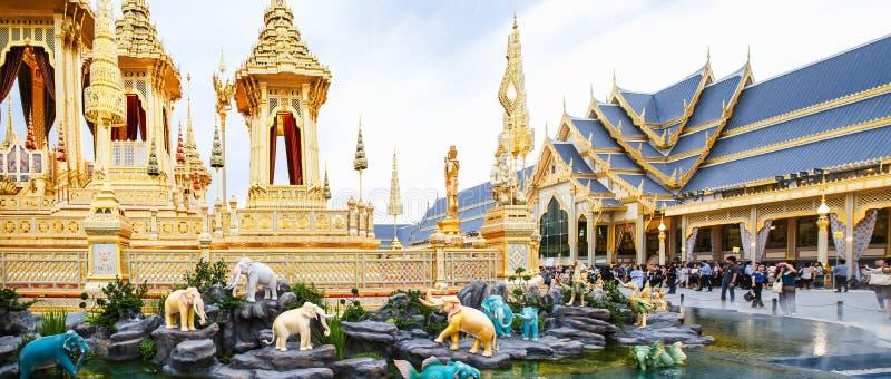 Ludzie które odwiedzają w Królewskim Crematorium dla Królewskiej kremaci jego wysokość królewiątko Bhumibol Adulyadej Bangkok fotografia royalty free