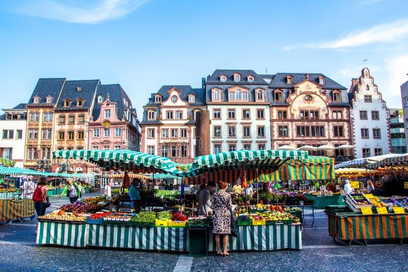 Ludzie które wędrują typowego rynek w starym miasteczku Mainz, Niemcy obraz royalty free
