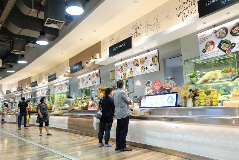 Ludzie kupują detalicznego karmowego kluski, ryż, jajko i polewkę, obraz stock