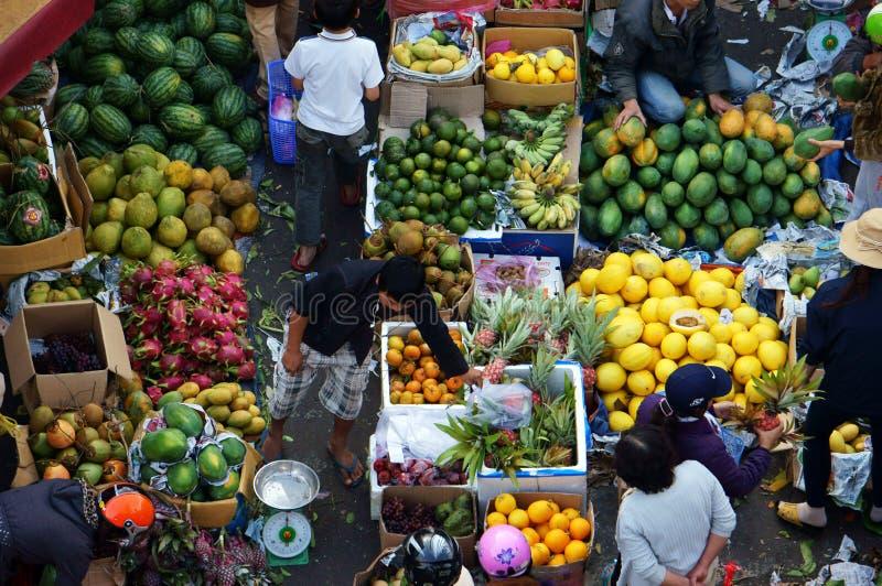 Ludzie kupują owoc i sprzedają przy market.DA LAT, WIETNAM LUTY 8, 2013 fotografia stock