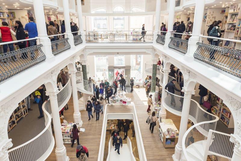 Ludzie kupuje książki od Carturesti niedawno rozpieczętowany centrum handlowego libra obraz stock