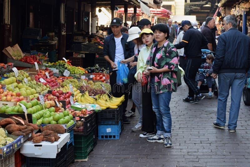 Ludzie kupuje sklepy spożywczych przy owoc i warzywo rynkiem obrazy stock