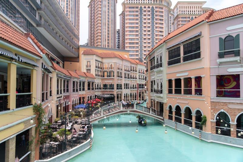 Ludzie ludzi kt?re bior? pami?tkowe fotografie przy Wenecja kana? grande centrum handlowym, metro Manila, Filipiny, Maj 4,2019 obrazy stock