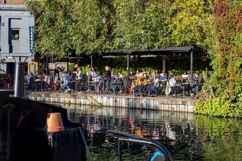 Ludzie ma lunch przy tawerną na kanale deponują pieniądze przy regenta kanałem obok Paddington wewnątrz Trochę zdjęcia royalty free