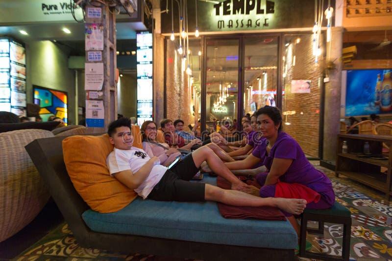 Ludzie ma plenerowego masaż w Siem Przeprowadzają żniwa przy nocą Kambodża zdjęcia royalty free