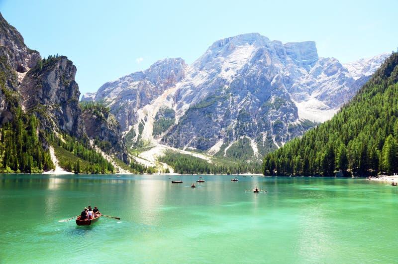 Ludzie ma spoczynkowego czas przy halnym jeziorem w włoskich alps obraz stock