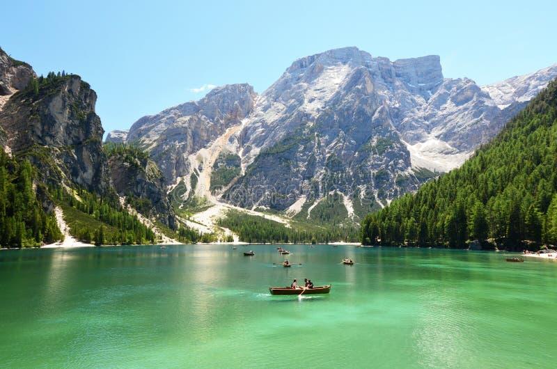 Ludzie ma spoczynkowego czas przy halnym jeziorem w włoskich alps fotografia royalty free