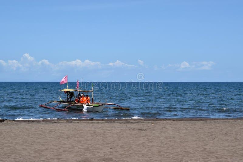 Ludzie ma zabawy jazdę na turystycznej łodzi podczas lata obraz stock