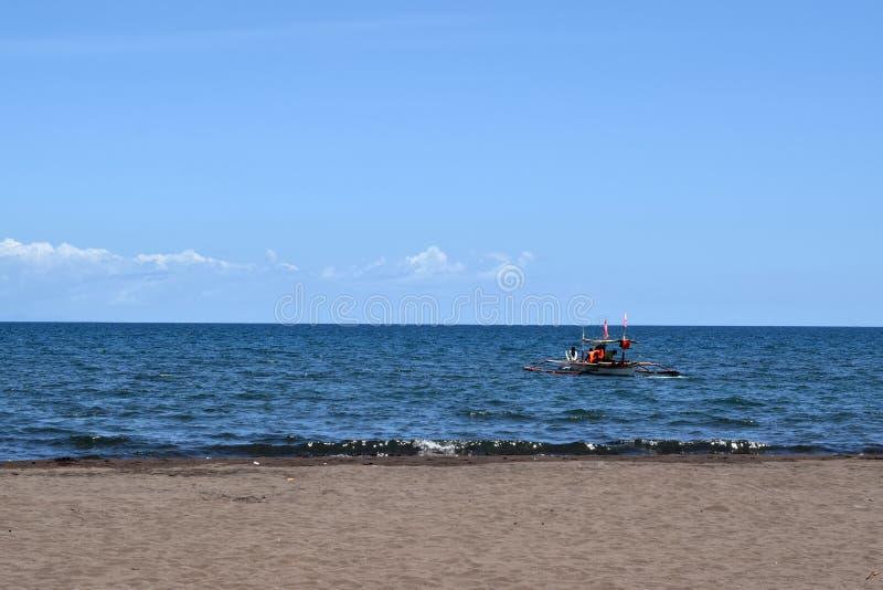 Ludzie ma zabawy jazdę na turystycznej łodzi podczas lata zdjęcia stock