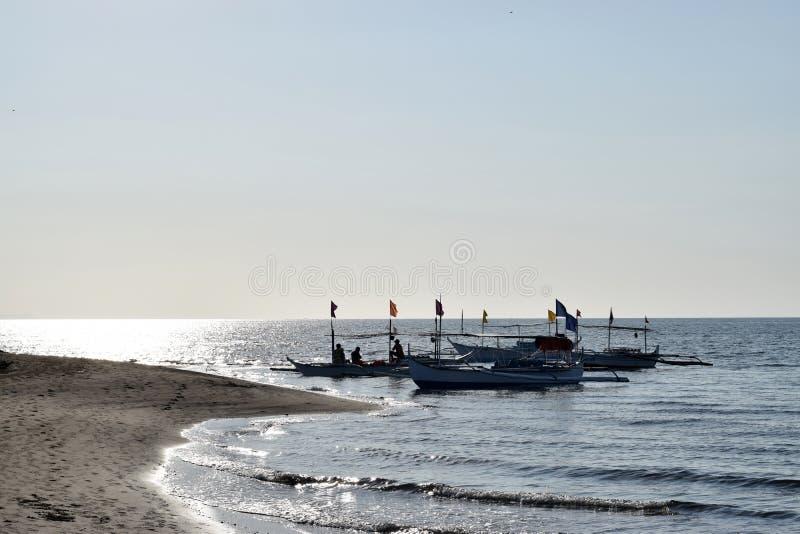Ludzie ma zabawy jazdę na turystycznej łodzi podczas lata sylwetki fotografia royalty free
