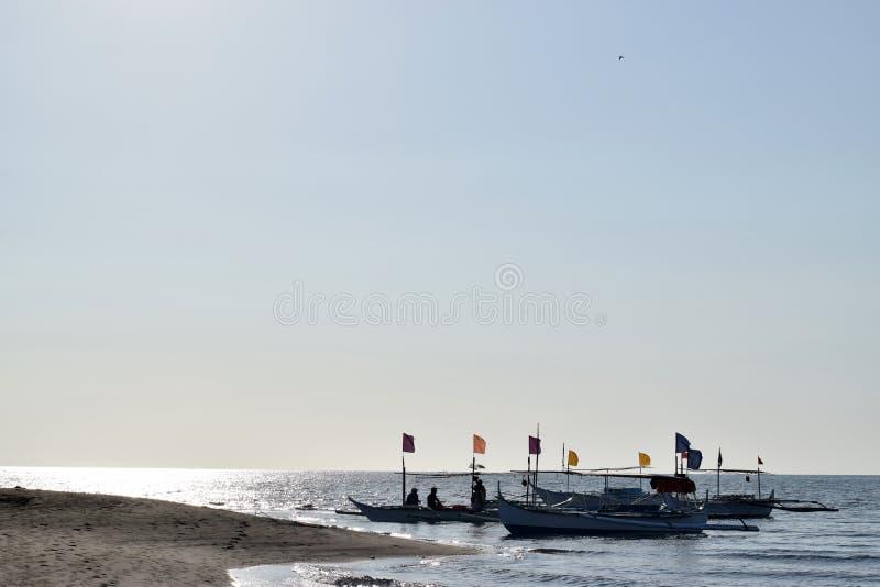 Ludzie ma zabawy jazdę na turystycznej łodzi podczas lata sylwetki zdjęcie royalty free