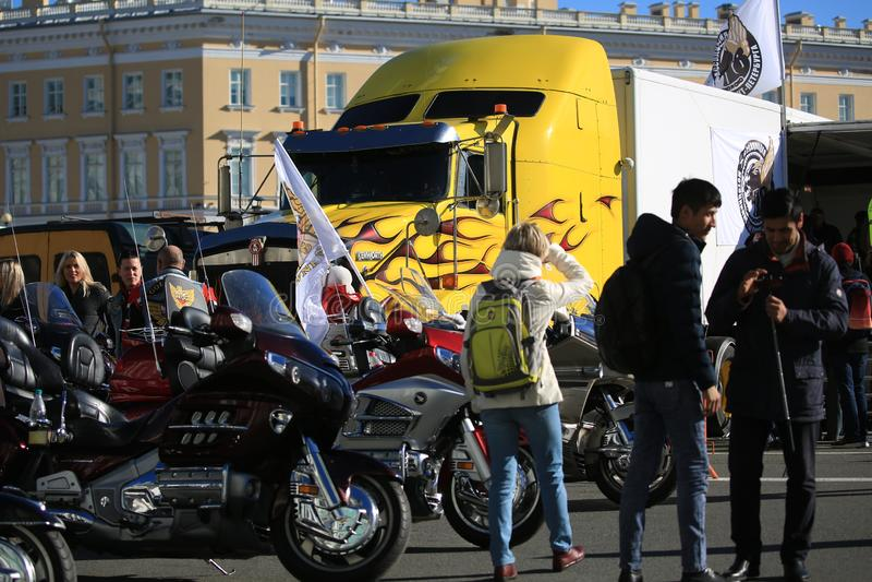 Ludzie, motocykle i Kenworth ciężarówka na pałac, Obciosują fotografia stock