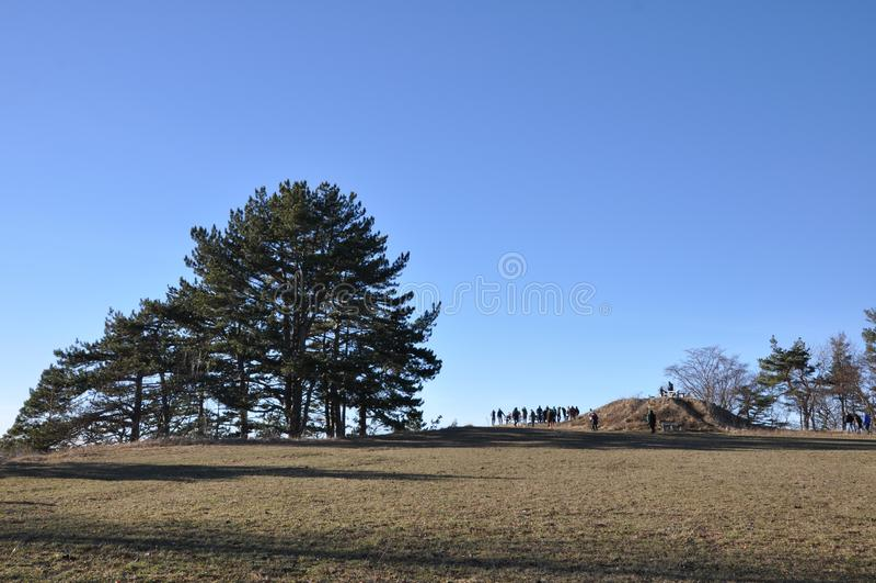Ludzie na światopogląd poczcie na góra wierzchołku zdjęcie stock