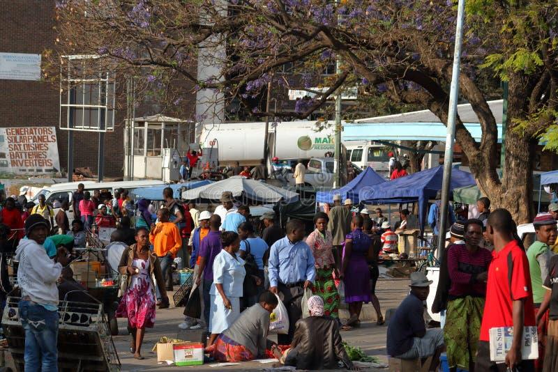 Ludzie na Afrykańskim rynku Bulawayo w Zimbabwe zdjęcie stock