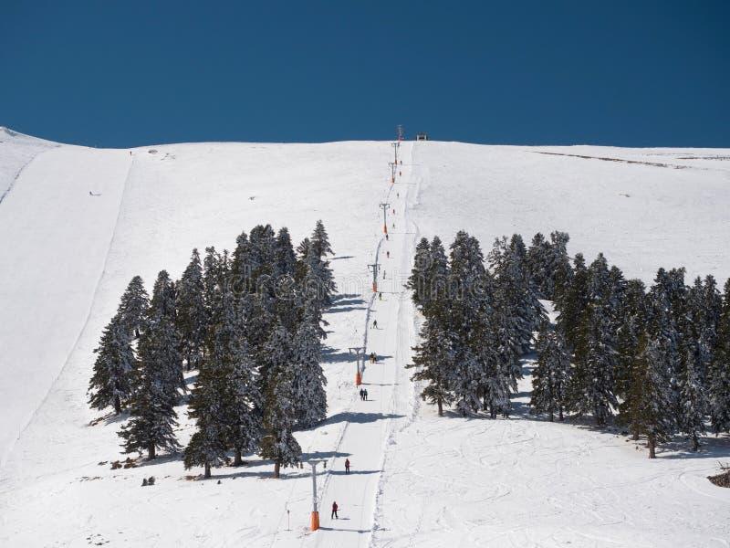 Ludzie na dźwignięciu w ośrodku narciarskim zdjęcia royalty free