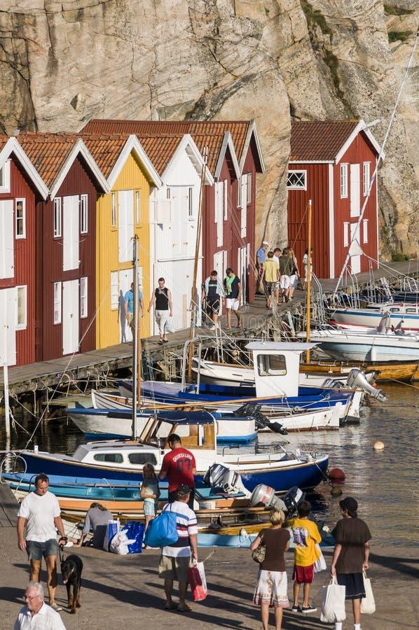 Ludzie na drewnianym mola Szwecja zachodnim wybrzeżu zdjęcie stock