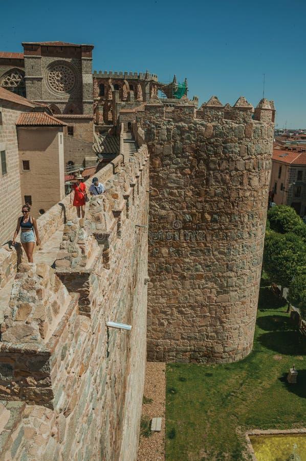 Ludzie na droga przemian nad gęstą ścianą i katedrą Avila zdjęcie stock